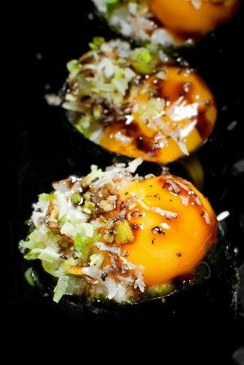 Delicioso Gunkanzushi de huevo de codorniz, cebollino y trufa negra rallada #amadacarlotahrmenú #cocinajaponesa #CabraNes #asturias