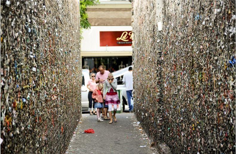 sembra un normale vicolo, ma le pareti di bubblegum alley nascondono un disgustoso segreto   http://faigirare.altervista.org/sembra-un-normale-vicolo-ma-le-pareti-di-bubblegum-alley-nascondono-un-disgustoso-segreto/