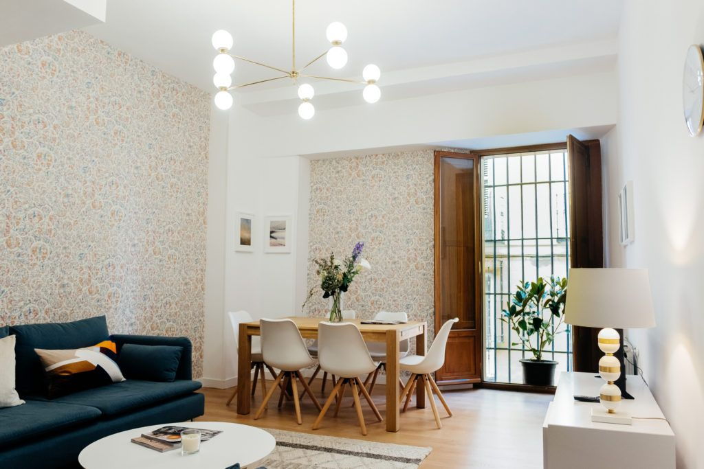 salon comedor, con lampara artesanl. Y mesa y sillas estilo nordico ...