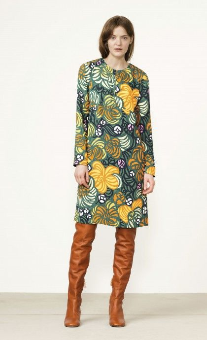 This Unikko print dress is made of lightweight cotton jersey. It has a loose straight cut, sleeves to the elbows, and a knee-length hemline with long rounded side slits.