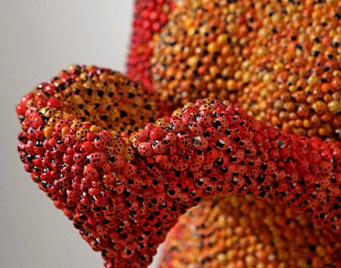 Lady Bug, скульптура Габора Фулопа (Gabor Fulop) из тысяч божьих коровок