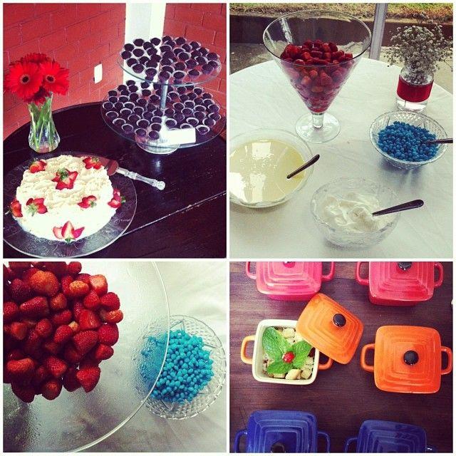 Decoração Aniversário 17 anos #birthday #decorparty #tabledecor #party #decor #DIY #decorating #arrangements #blue #red #strawberry #cake #food #candy #brigadeiro  #Everyday Confetti