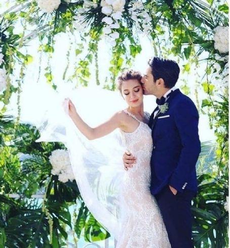 Kadir Dogulu And Neslihan Atagul Famousfix Turkish Wedding Wedding Dresses Wedding Photography Poses