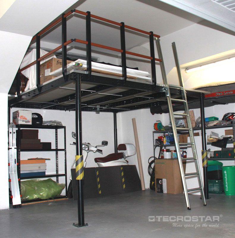 En este garaje se ha aprovechado al máximo el espacio disponible en el garaje consiguiendo un montón de espacio extra para almacenar con el altillo T8 de Tecrostar