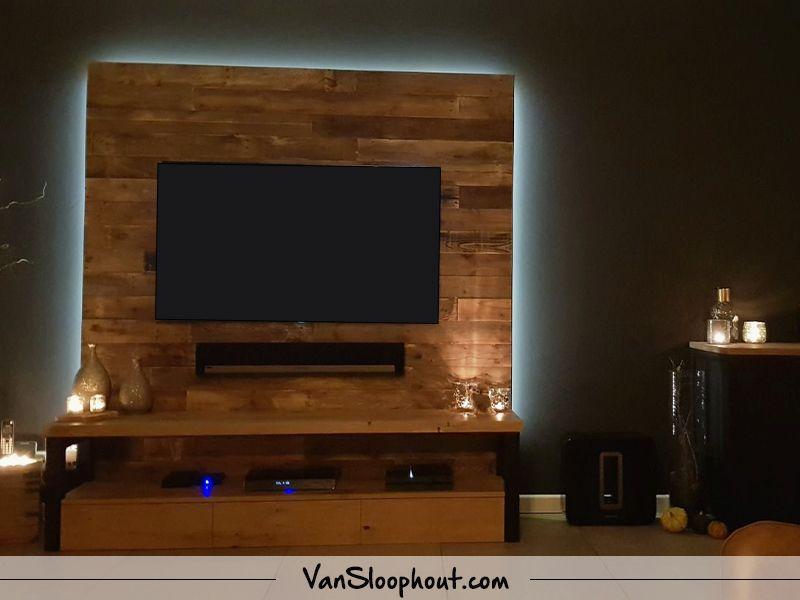 Een Sloophout Interieur : Een klant heeft zelf zijn achterwand van zijn tv betimmerd met