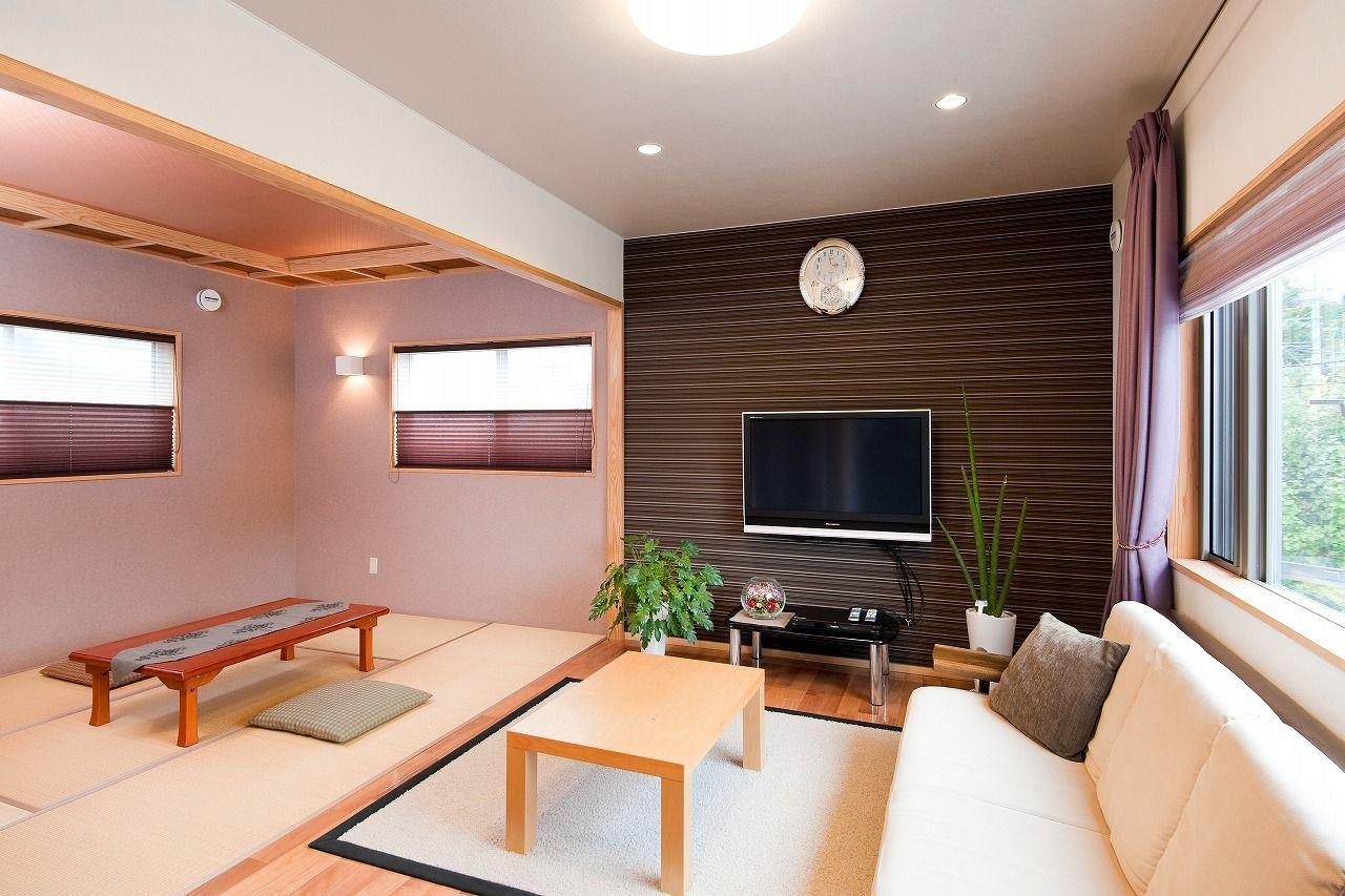 壁の一面だけ色を変え奥行が広がるようにしました カーテンも濃紫な色