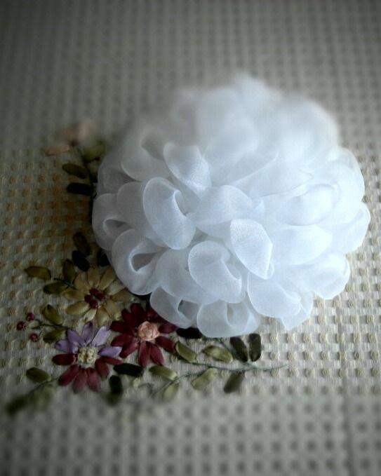 Пин на доске цветы из лент, ткани, бумаги