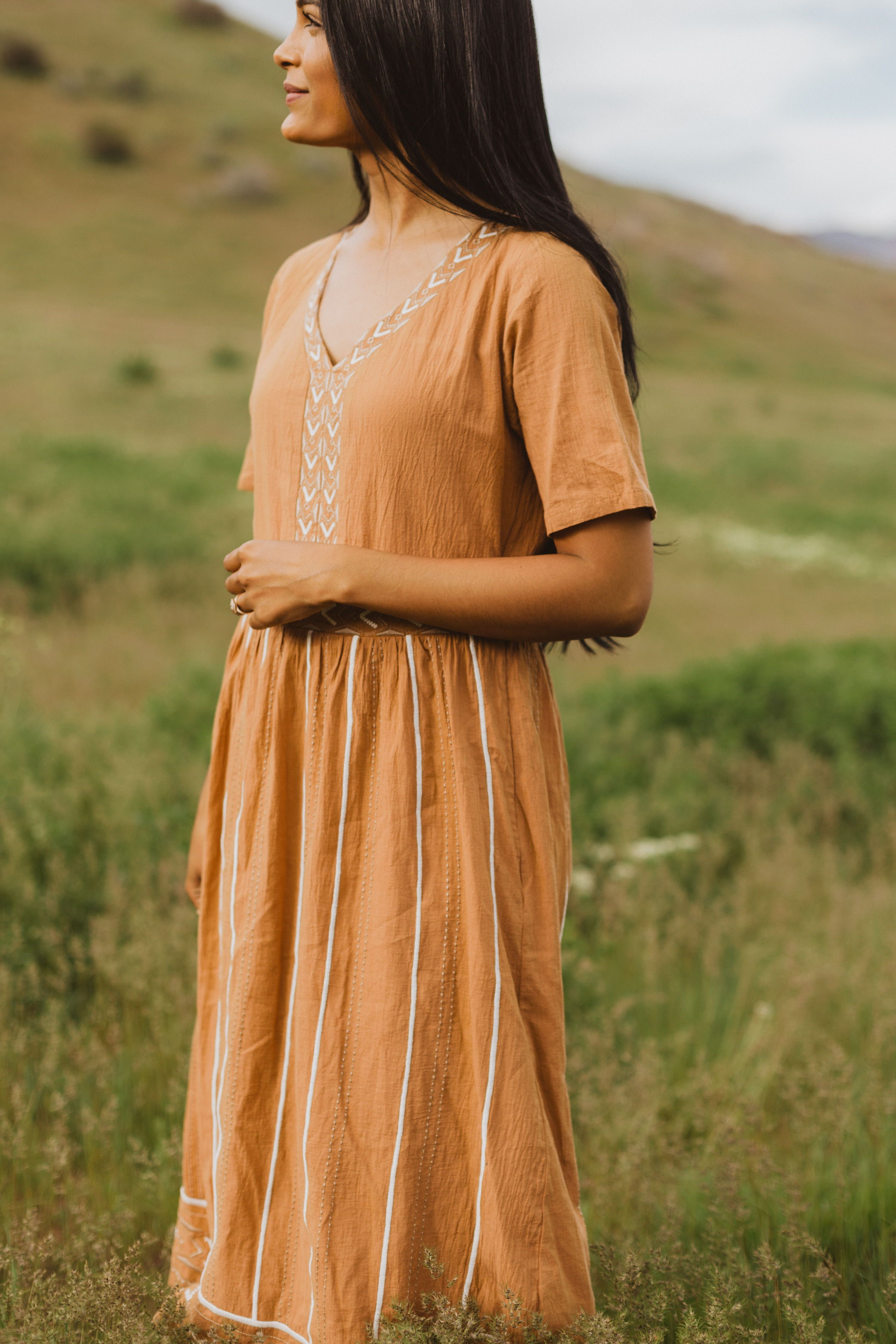 Earthy Bohemian And 100 Perfect The Fawn Patterned Midi Dress Is An Amazing Neutral Color With A Gauze Cotton Type Feel It Has Sub Vestidos Legais Vestidos [ 4500 x 3000 Pixel ]