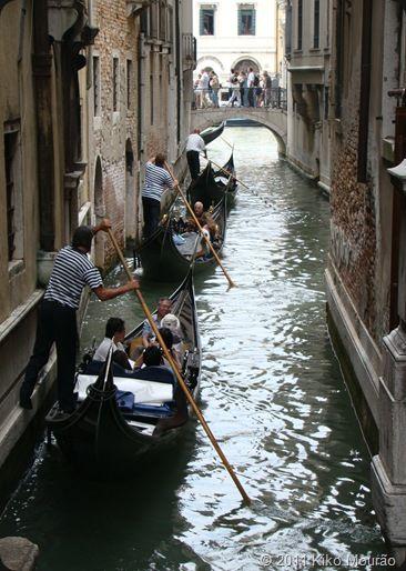 Veneza tem cerca de 270 mil habitantes e recebe cerca 12 milhões de turistas por ano! Os canais funcionam como ruas e estradas, os barcos (vaporettos) como transporte público e as gôndolas como transporte de luxo. Para quem pretende explorar a cidade, o melhor é fazê-lo à pé, com bastante disposição para se deixar perder em suas ruelas estreitinhas e becos.