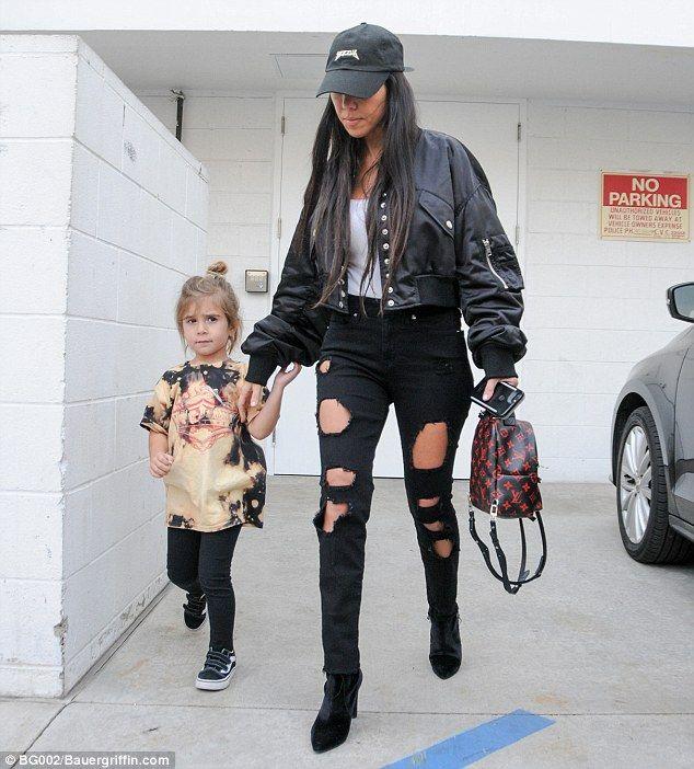 Kourtney Kardashian Keeps Low Profile For Gagosian Gallery Visit Kourtney Kardashian Style Outfits With Hats Kardashian Style