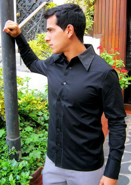 Camisa de popelina, cuello, pechera y puños polyester labrado. / Shirt of poplin, collar, font and cuffs of wrought polyester.