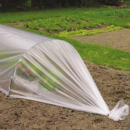 Deze tunnelfolie van Nature is ontworpen voor het bevorderen van de groei van zaailingen en jonge plantjes vanwege het gunstige klimaat onder de folie. Hij is geschikt om aan te brengen op tunnelbogen en is UV-bestendig. De tunnelbogen zijn niet inbegrepen bij dit product.