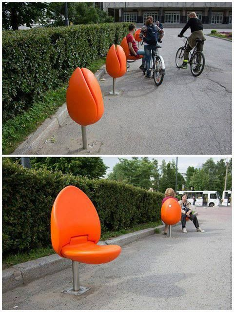 Tulp stoelen in de openbare ruimte