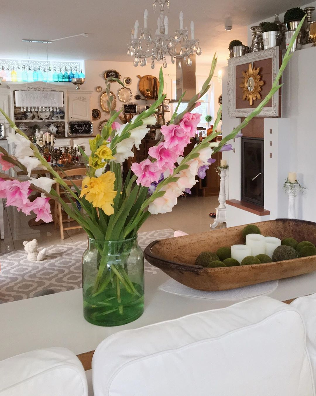 Happy Sunday evening everyone! 🌸🌿 The gladiola really brighten up the living room! 🌼 .