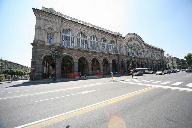 La stazione di Torino Porta Nuova in uno scatto recente. Dopo le distruzioni della seconda guerra mondiale, il complesso ottocentesco fu interamente riorganizzato fra il 1948 e il 1953, su progetto dell'ing. Paolo Perilli.