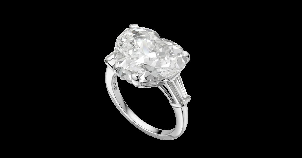c154f0e11c96 anillo de compromiso en platino con diamante talla corazon y 2 diamantes  laterales. un hermoso solitario.