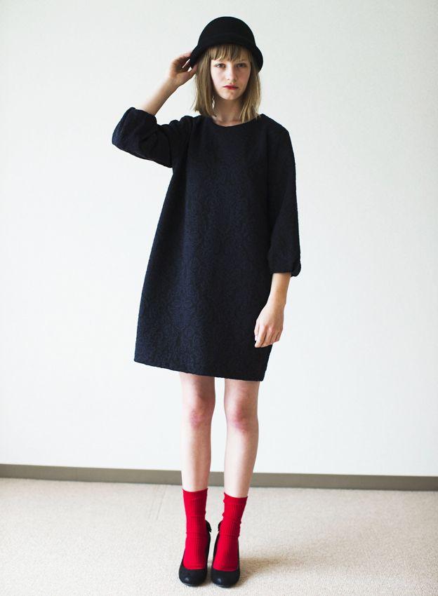 赤ソックスを履くだけで単調だったシンプルコーデがぐっとモードに。