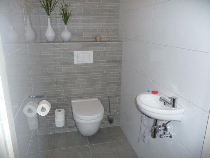 Stroken op achterwand en glanzende grote witte tegels op overige wanden huis pinterest - Tegels wc design ...