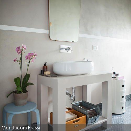 Manchmal liegt in der Einfachheit die Würze. Das Ensemble aus simplem Waschtisch, Waschschüssel, dem nierenförmigen Wandspiegel im Retrostil und einer…
