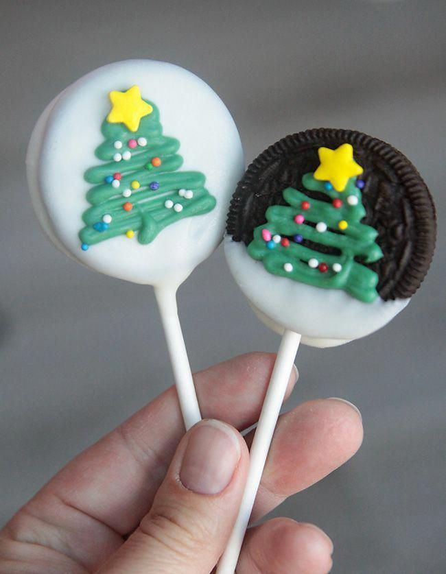 Easy and adorable Christmas tree Oreo pops. Fun to make with the kids! Would be a cute Christmas gift. #christmastreats
