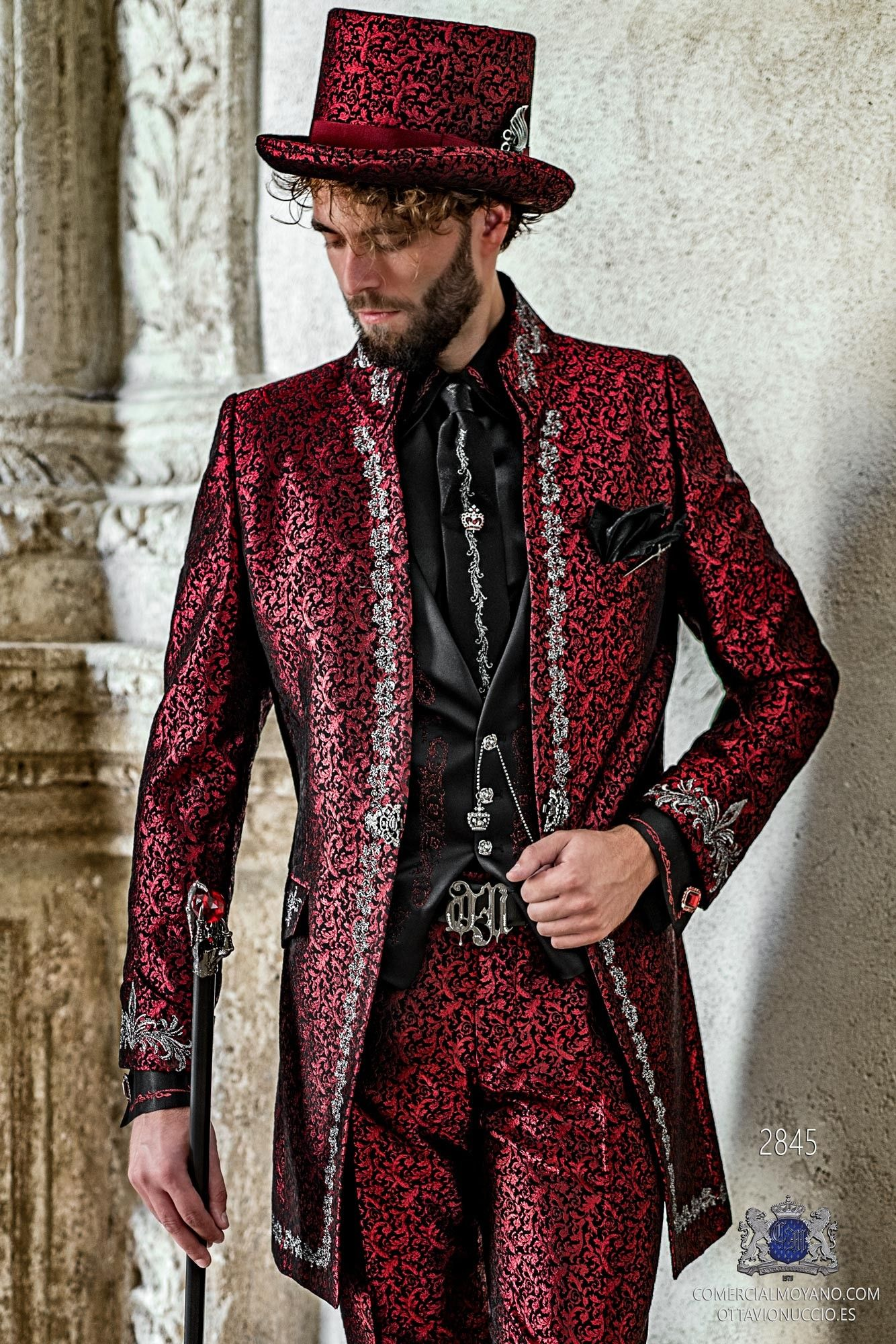 Traje de novio gótico brocado rojo bordado plata cuello