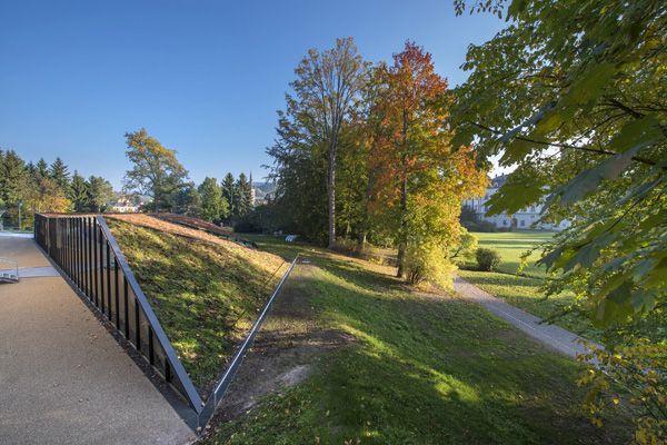 מרכז לימודים שקוע באדמת פארק בצ כיה פרויקט חו ל Park Landscape Education Architecture Environmental Education