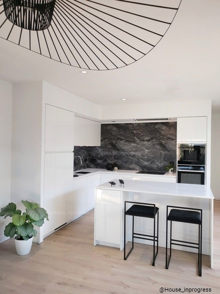 cuisine blanche laqu e plan de travail blanc en silestone. Black Bedroom Furniture Sets. Home Design Ideas