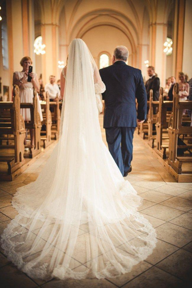 Hochzeitsfotograf Wetter Brautkleid Einzug Kirche Offene Schleppe Fotos Hochzeit Hochzeit Brautjungfern Hochzeit Bilder