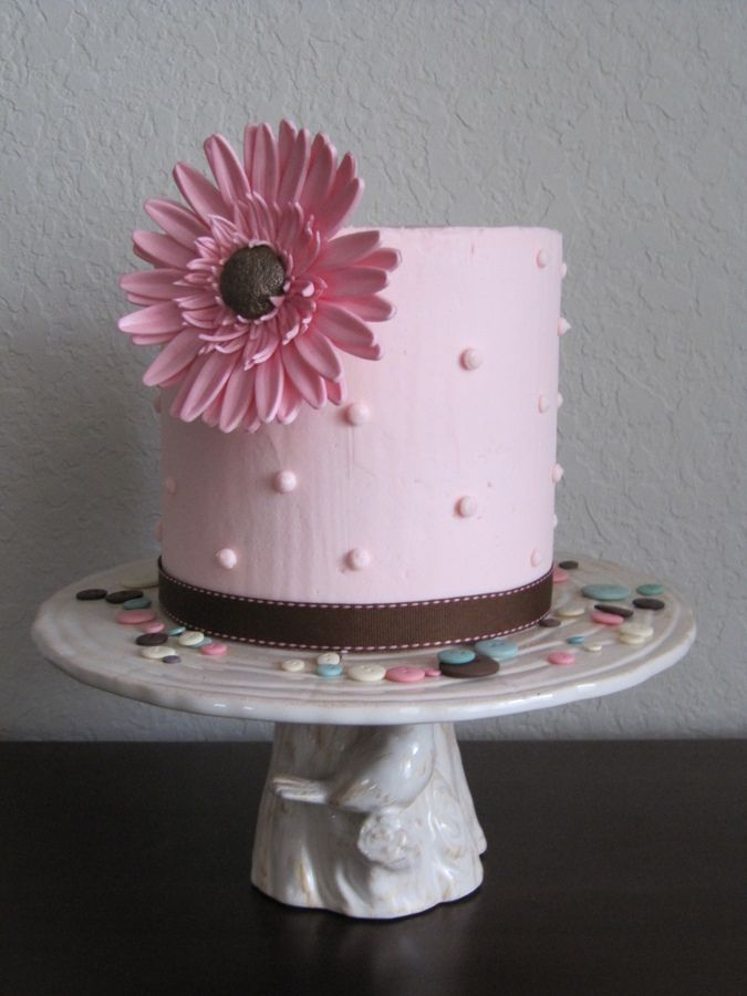 6 Inch Round Cake That Is Also Inches Tall Covered In Ercream And Decorated With A Single 4 Gumpaste Gerbera Daisy
