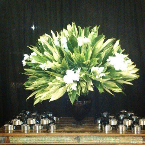 Lindos presentes aos convidados de uma festa muito sofisticada. Latas com lascas de damasco e chocolate.