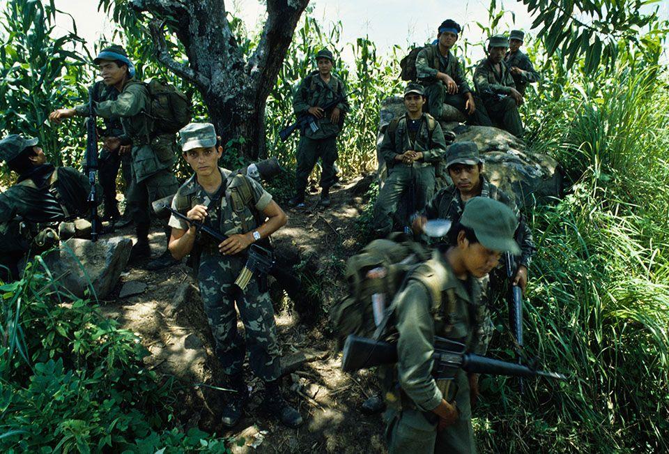 1986. Soldados de la FAES durante el operativo Fénix en Suchitoto.