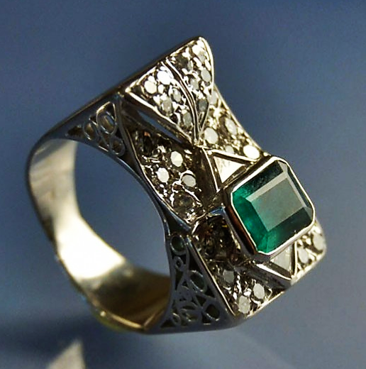 006a6f68418af3 Bijoux d occasion, bague tANK or blanc 18 k émeraude et diamants. mm ...