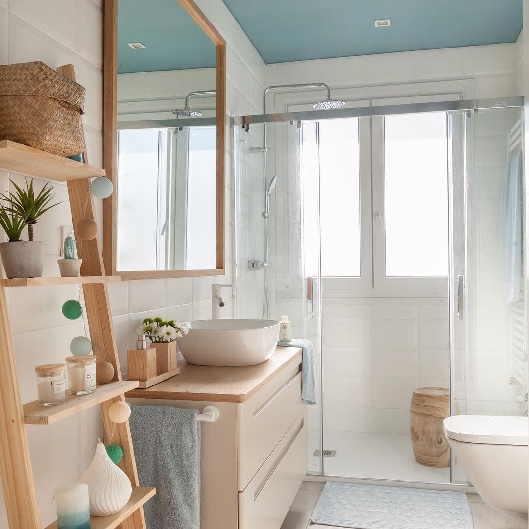 Baño juvenil con techo azul 💙. Lleno de luz natural ...