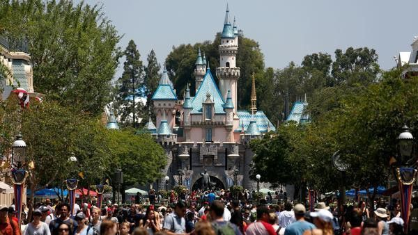 This Is Your Brain On Disneyland A Disney Addict S Quest To Discover Why He Loves The Parks So Much Los Angeles Times Disneyland Entrance Disneyland Disney Anaheim