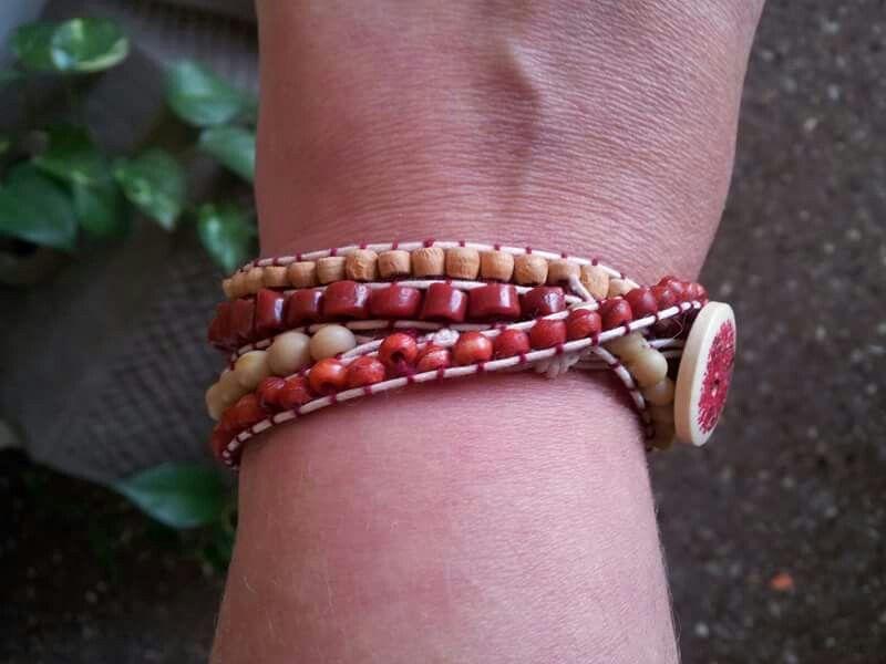 Pulsera trenzada. Madera. Hueso. Jade rojo. Cordón algodón encerado. Botón de madera. (PL002)