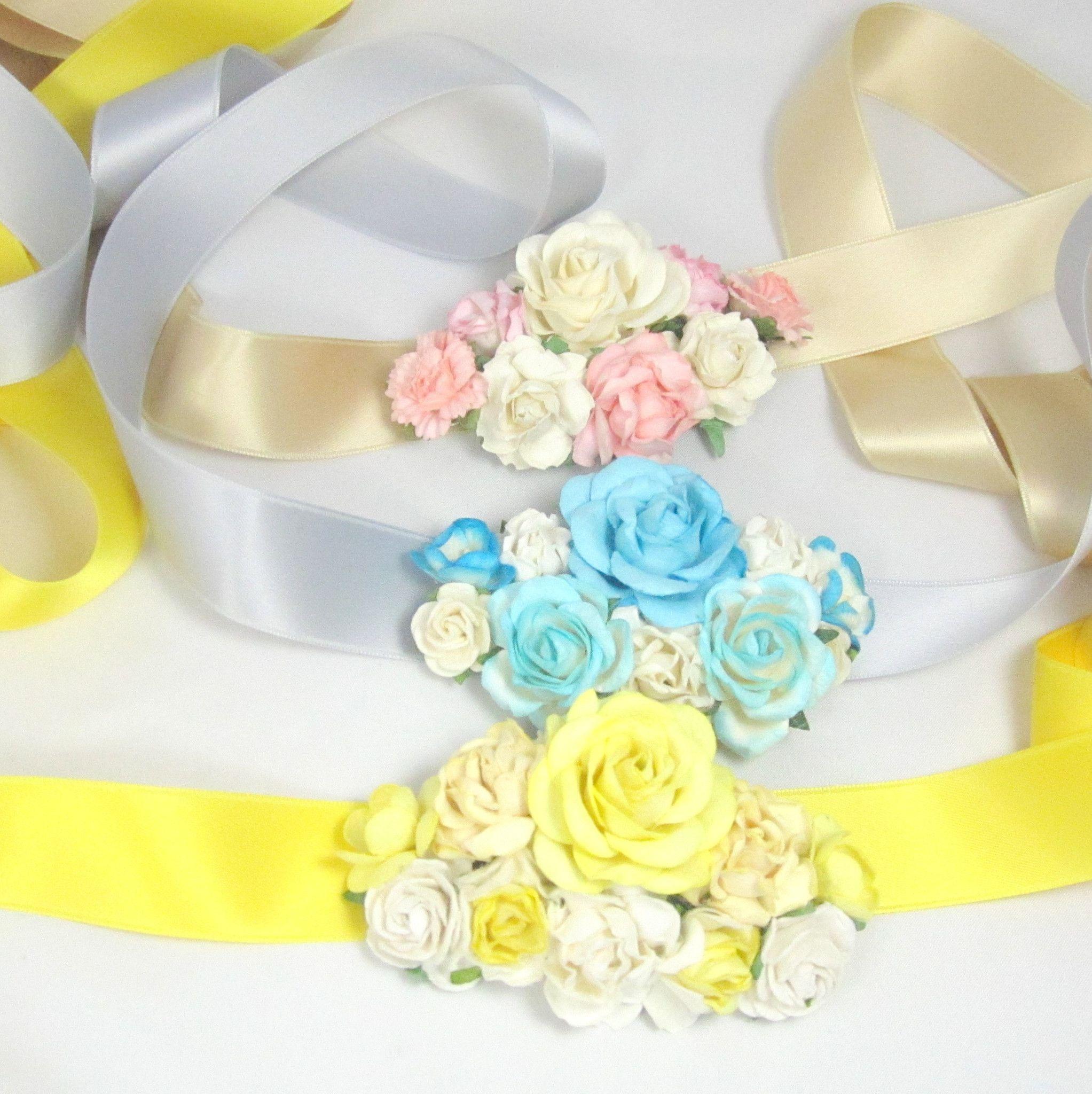 Det fineste blomsterpyntede bælte i blide farver. Så fint til at pifte en kjole op både til fest eller måske til blomsterpigen