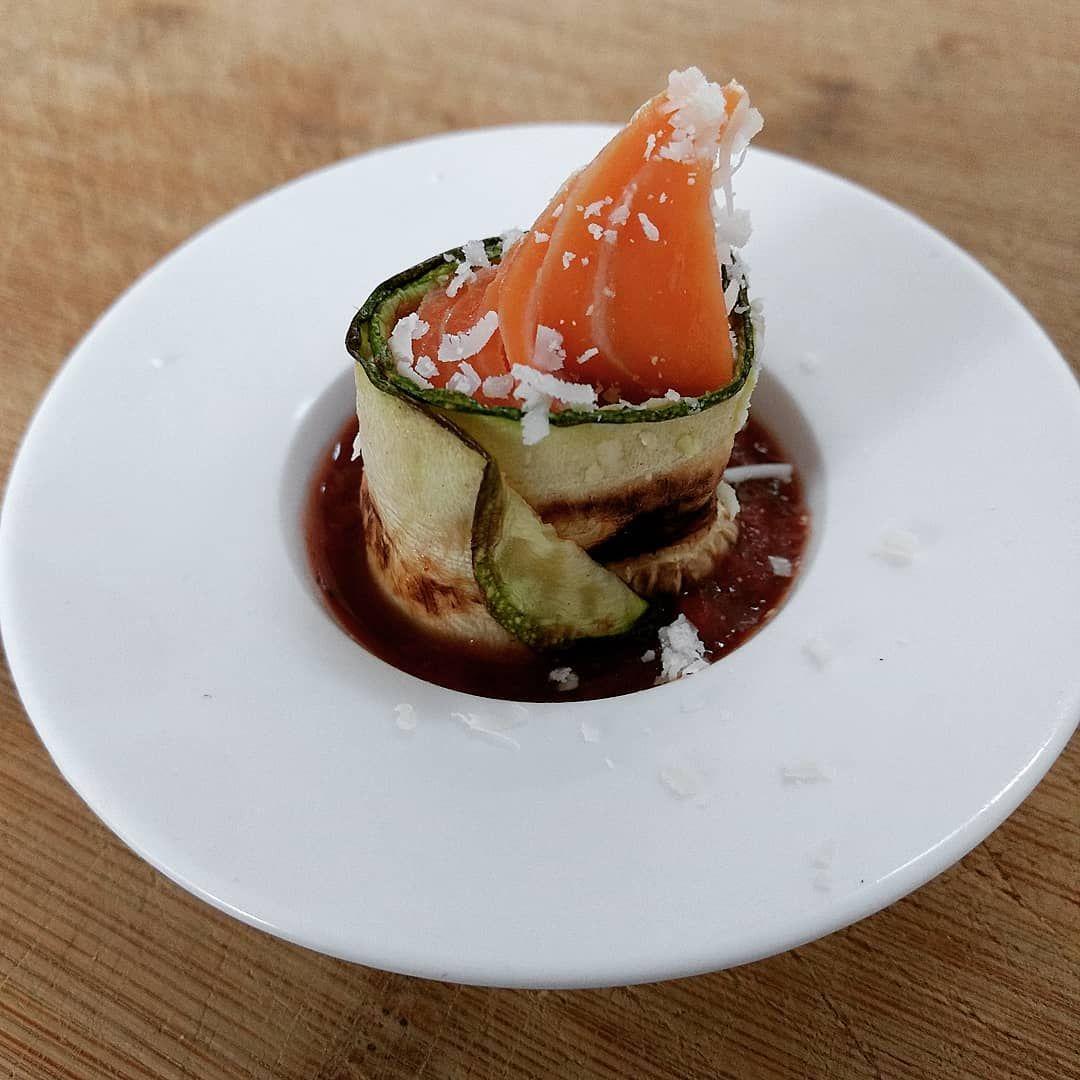 Stremellachs im Zucchinimantel auf pikanter Tomatensoße