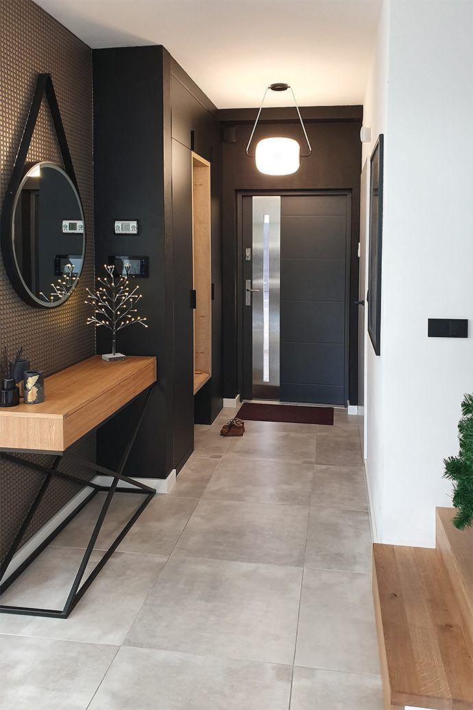 Czarne drewniane drzwi przesuwne w salonie | RENO
