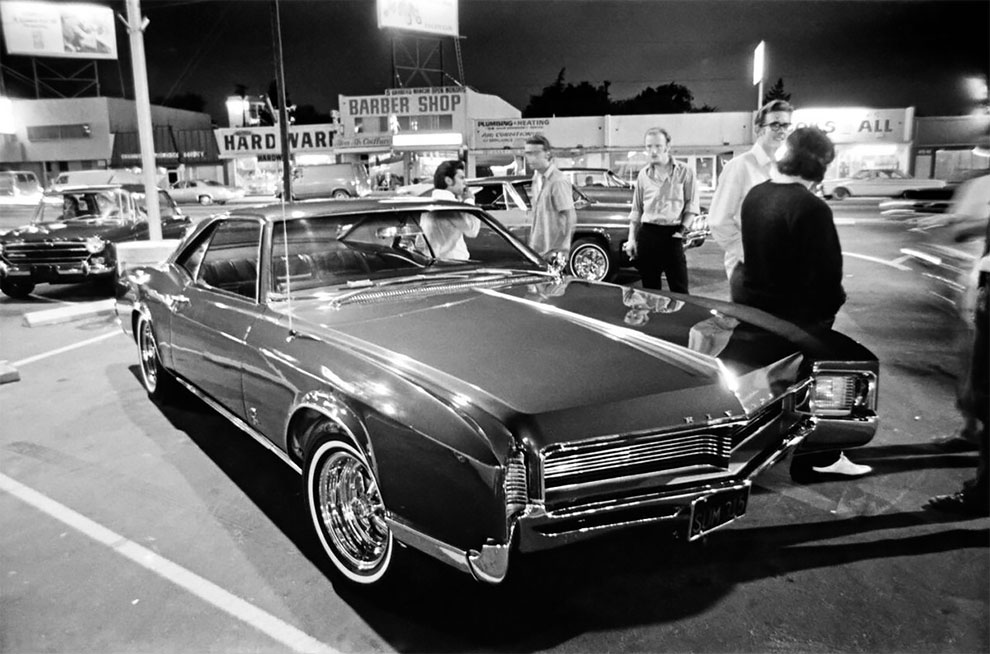 Cruising Van Nuys Boulevard In The Summer Of 1972 In Stunning Black And White Photos By Rick Mccloskey Van Nuys Cruise Los Angeles