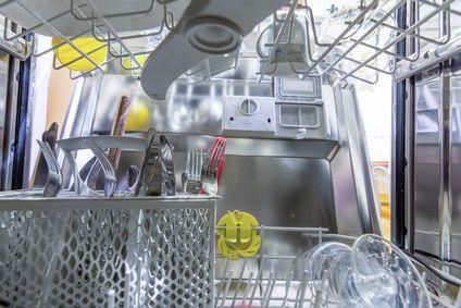 So lassen Sie das Wasser im Geschirrspüler manuell ab