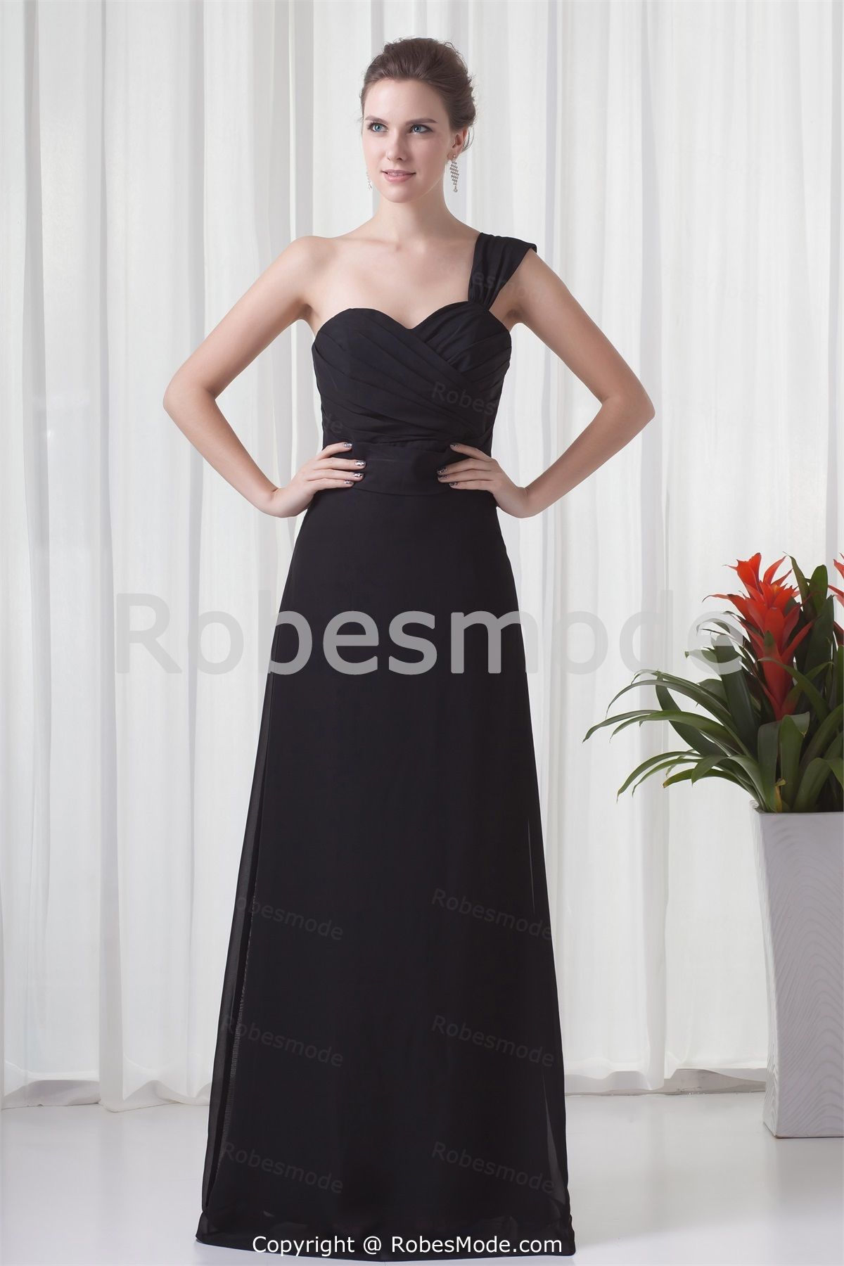 Robe de soirée noire dos zippé une épaule en mousseline de soie