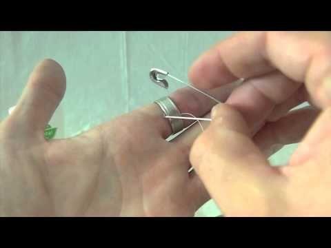 Wie bekommt man einen zu engen Ring vom Finger? Dieser Trick ist genial und völlig schmerzlos.