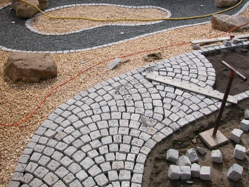 Granitpflaster Wegefuhrung Im Schuppenverband Garten Pflaster Granitpflaster Gartenweg Pflastern