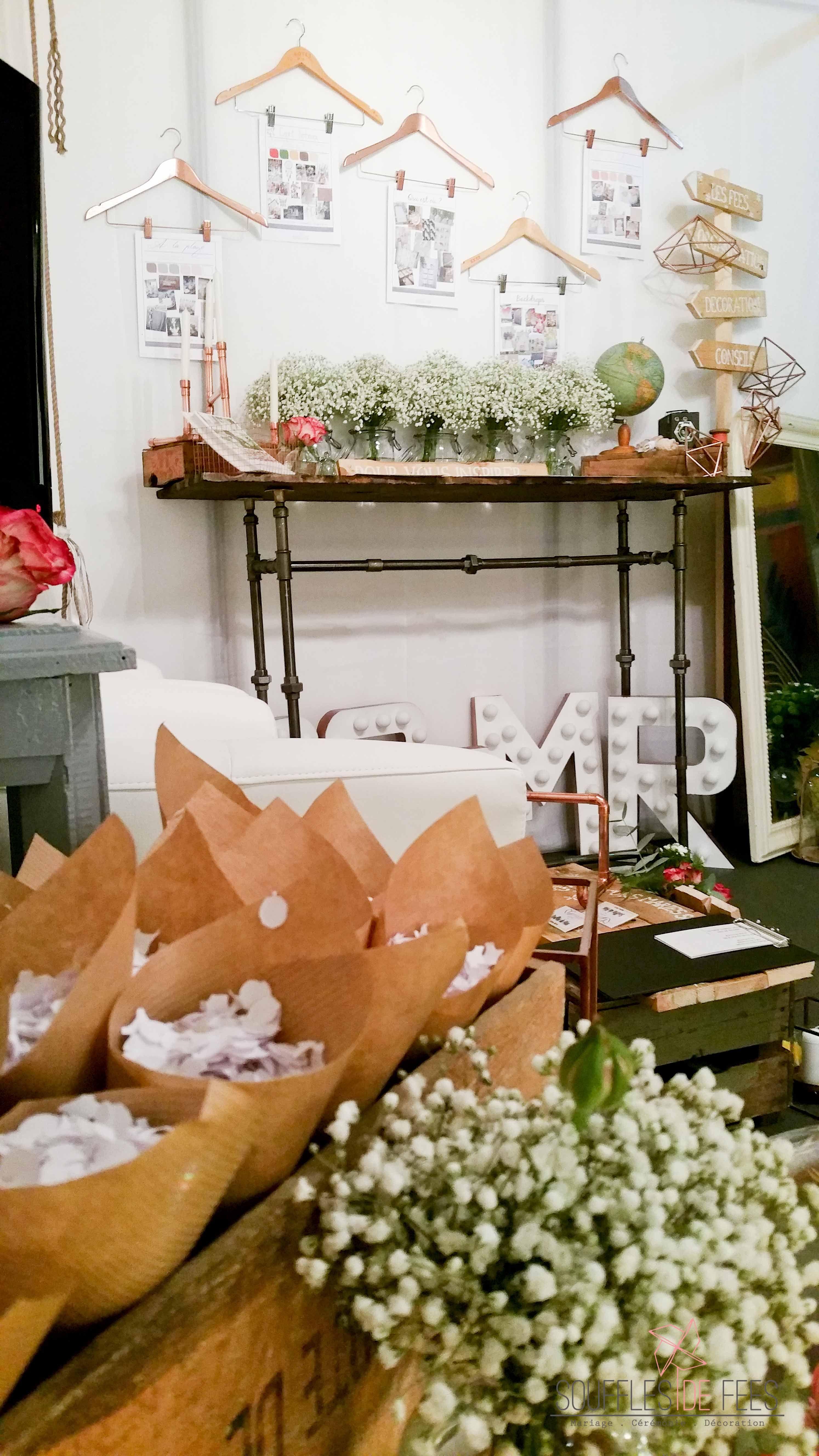 Chevet salle de lecture hall salon salon avec blanc de table de plumes - Caisses En Bois Confettis Blanc Cuivre Stand Salon Du Mariage Bridal Show Souffles