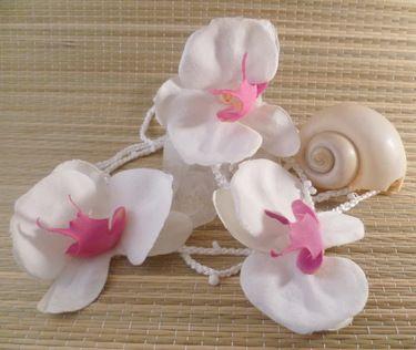 Wunderschöne Wickelkette, gehäkelt aus weißem Baumwollgarn mit unzähligen eingehäkelten weißen Rocailleperlchen und verziert mit drei großen wunderschönen Orchideenblüten aus weiß-pinkfarbenem Stoff.  Endlos gearbeitet und mit einer Gesamtlänge von über 2m herrlich variabel tragbar-  ALOHA ♥  Verwendete Materialien    baumwollgarn, stoffblüten, rocailles