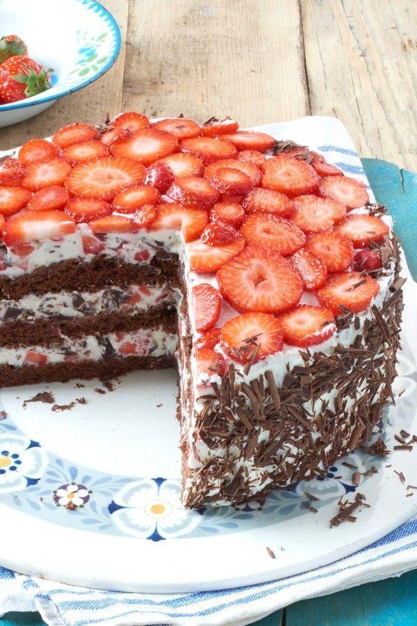 Erdbeeren machen jedes Rezept zu einem sommerlichen Genuss. Bestes Beispiel: die Erdbeer-Stracciatella-Torte. #ErdbeerStracciatellaTorte #köstlich #sliceandbakecookieschristmas