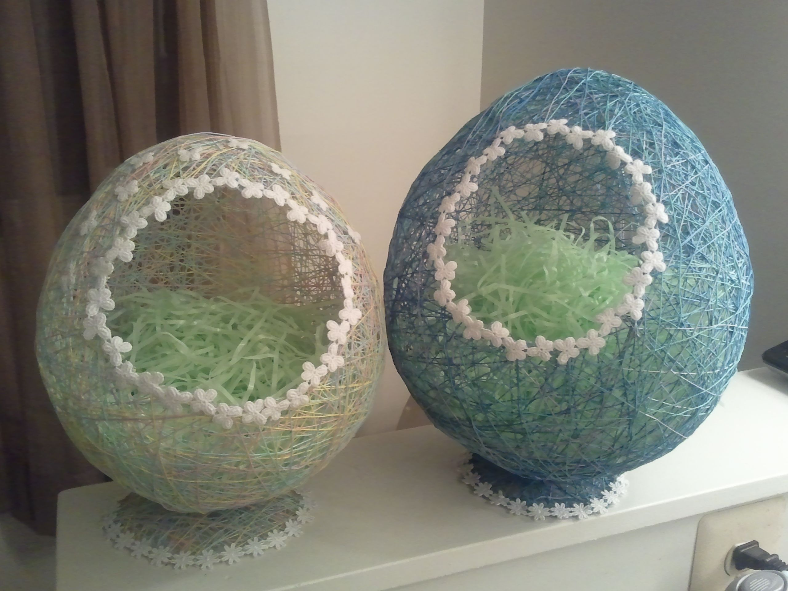 Egg baskets wrap string around a balloon blown up to the