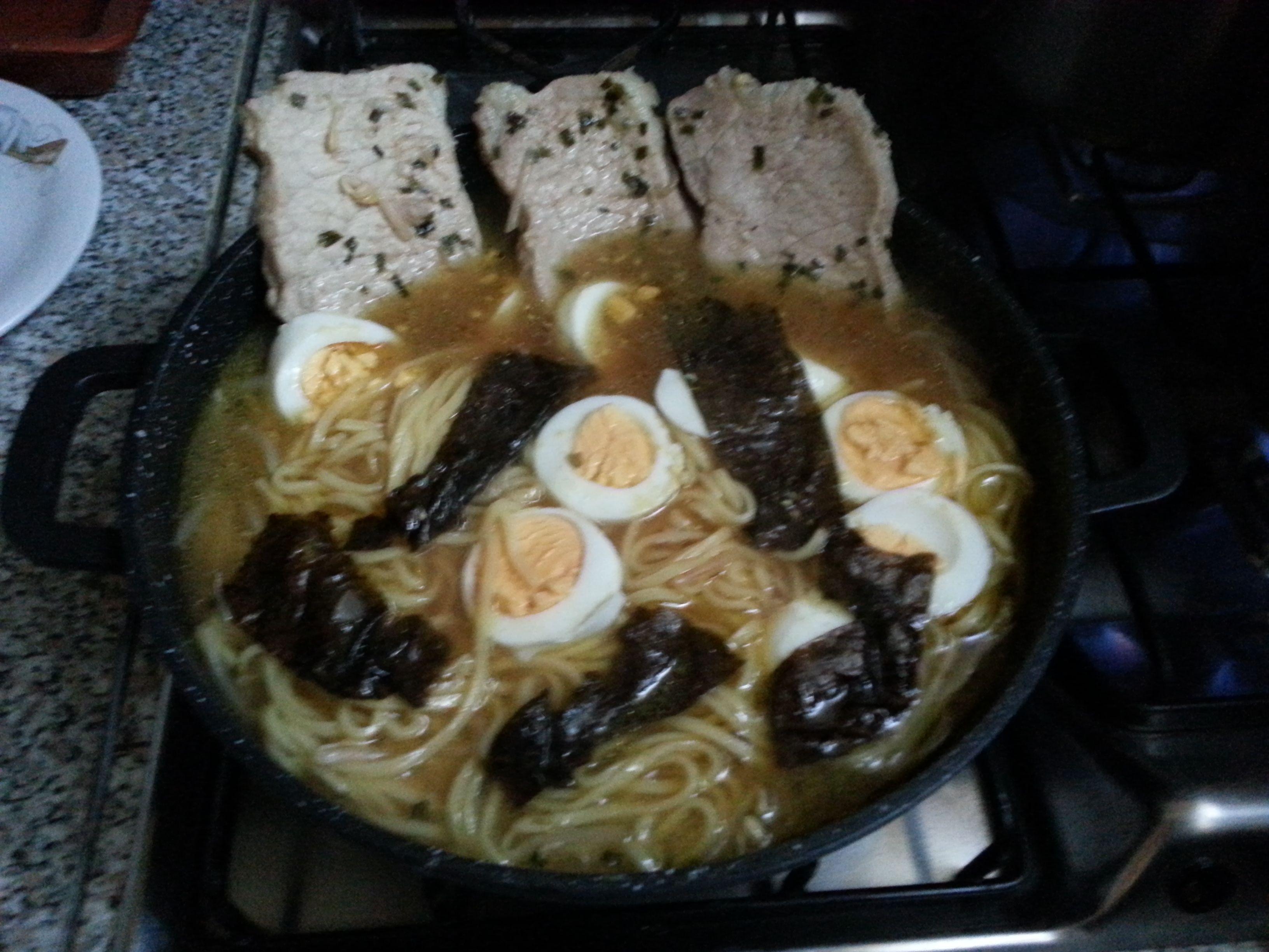Step5 aggiungete le vostre tagliatelle le uova soda e l'alga nori e attendete qualche minuto.