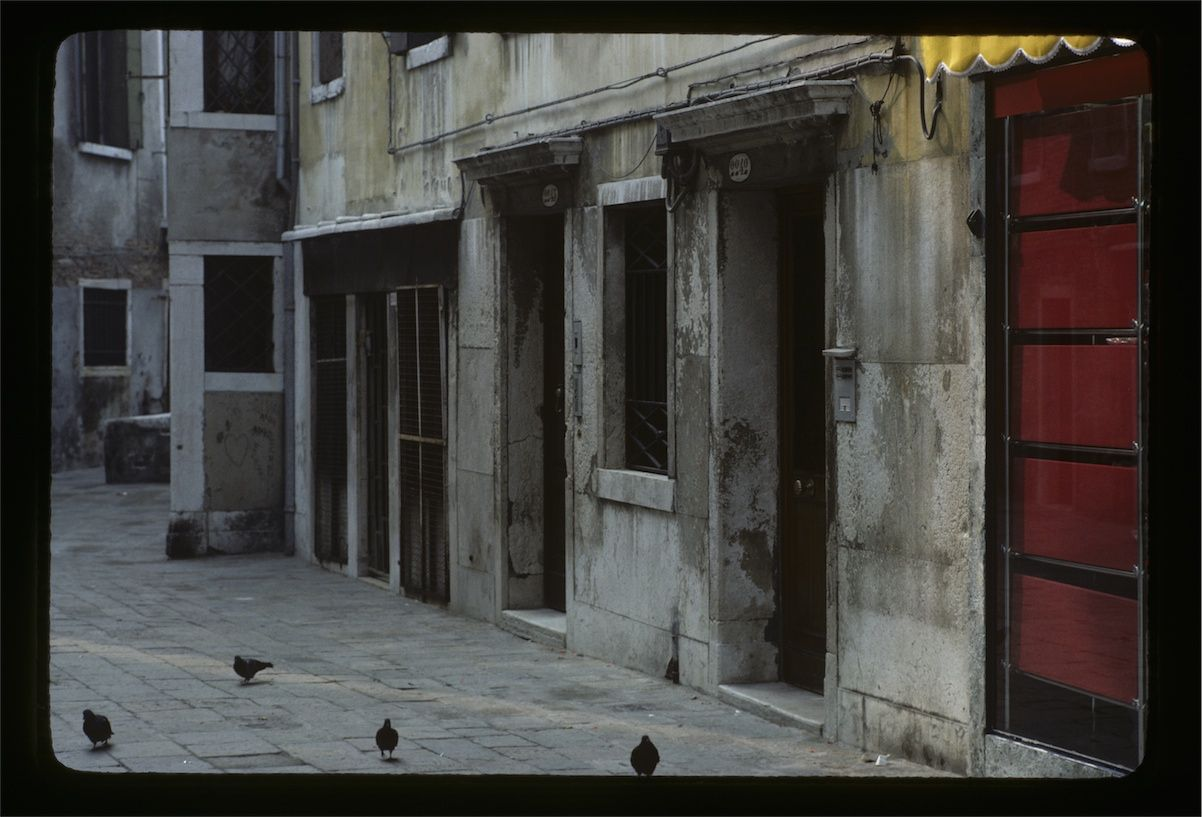 Nirgendwo in Venedig sind die Kontraste der Stadt so stark wie im Ortsteil Ghetto.  | Nowhere in Venice are contrasts as strong as in the Ghetto.  | Venice 1983 by Frank Josephs