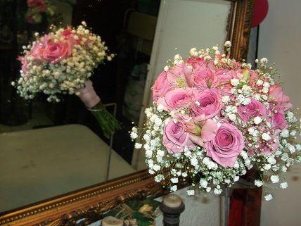 bouquet de rosas pitimini en tono rosa con adornos de paniculata ademas lleva a juego en el petalo de las rosas para ver mas ideas de ramos